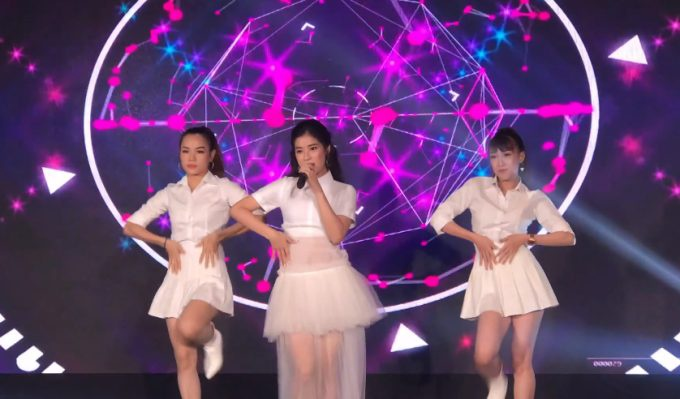 Hoàng Yến Chibi biểu diễn trong buổi họp báo ra mắt chuỗi concert Chạm tay đến miền đất mới.
