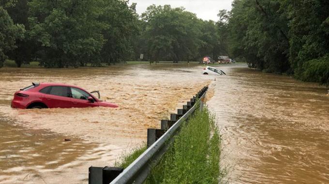 Nhiều xe ô tô bị nước lũ nhấn chìm ở đường Clara Barton Parkway.