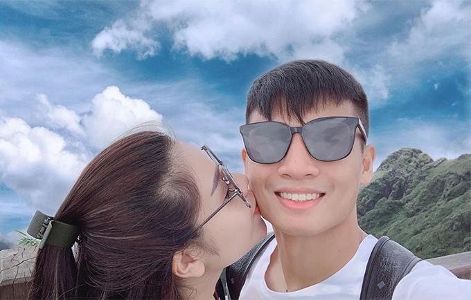 """Khánh Linh đặt nụ hôn lên má Tiến Dũng kèm theo những lời yêu thương: """"Năm tháng ấy, vì một người nói thích màu xanh mà đem lòng yêu luôn cả bầu trời""""."""