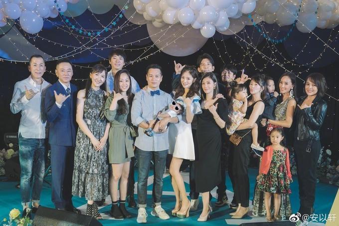 Nàng 'Triệu Mẫn' Giả Tịnh Văn (hàng đầu, váy đen) cũng cùng chồng con tới dự tiệc chung vui cùng An Dĩ Hiên