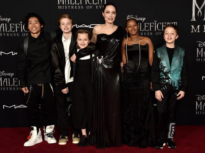 6 mẹ con đều lựa trang phụcmàu đen với thiết kế phá cách