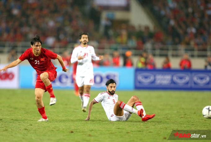 Cùng với bàn thắng của Tiến Linh, Tuấn Anh chính là điểm sáng của tuyển Việt Nam ở trận đấu hôm nay.Khả năng tranh chấp và thoát pressing của chàng tiền vệ này khiến nhiều người ngỡ ngàng.