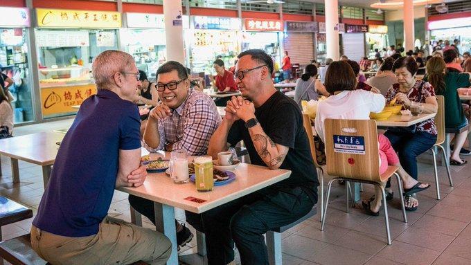 Hình ảnh CEO Apple Tim Cook chia sẻ về chuyến thăm Singapore. (Ảnh: Twitter).