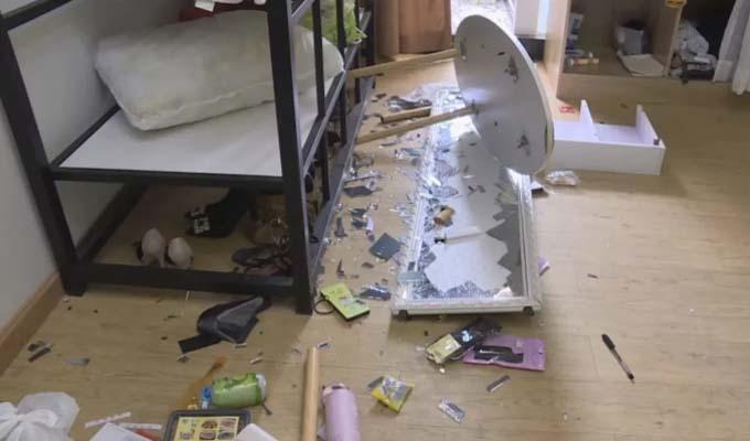 Đồ đạc đổ vỡ trong căn hộ của Tang sau xô xát với bạn trai.