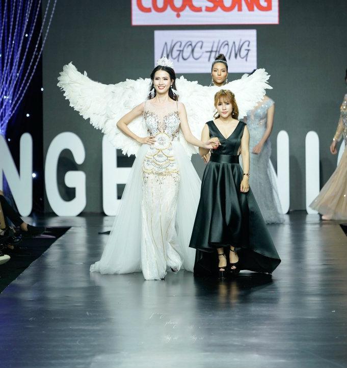 """Đây là thiết kế """"đinh"""" trong BST """"Nắng pha lê"""". Phan Thị Mơ đảm nhận vị trí vedette trình diễn trang phục này."""