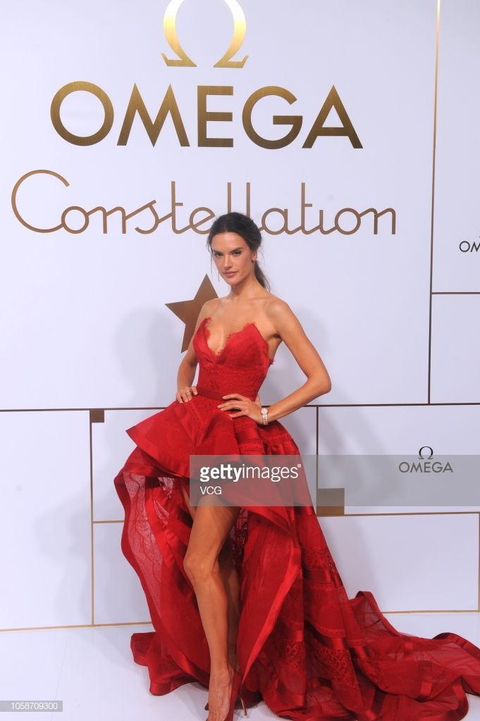 Cựu thiên thần Victoria's Secret nóng bỏng trong chiếc đầm xẻ chân tuyệt đẹp