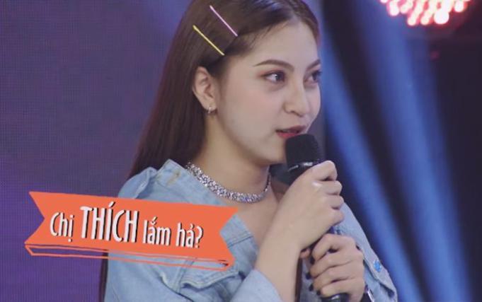 Nhật Lê 'trợn mắt' khi Quang Hải được hot girl Sam tỏ tình ngay trên sóng.