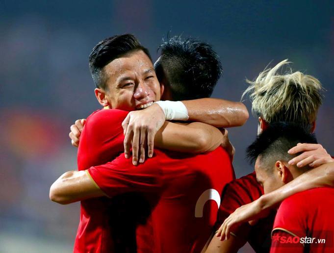 Tiến Linh, Quế Ngọc Hải cùng các đồng đội đã có màn ăn mừng đầy cảm xúc.