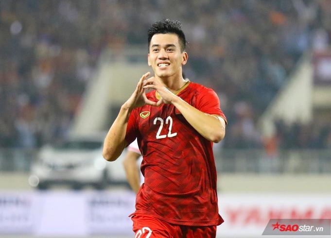 Với lợi thế hơn người, tuyển Việt vươn lên dẫn trước vào những phút cuối của hiệp 1. Từ khoảng cách 30m, Tiến Linh bất ngờ tung cú dứt điểm bằng chân phải. Bóng găm vào góc cao không cho thủ môn đội khách bất kỳ cơ hội cản phá nào.