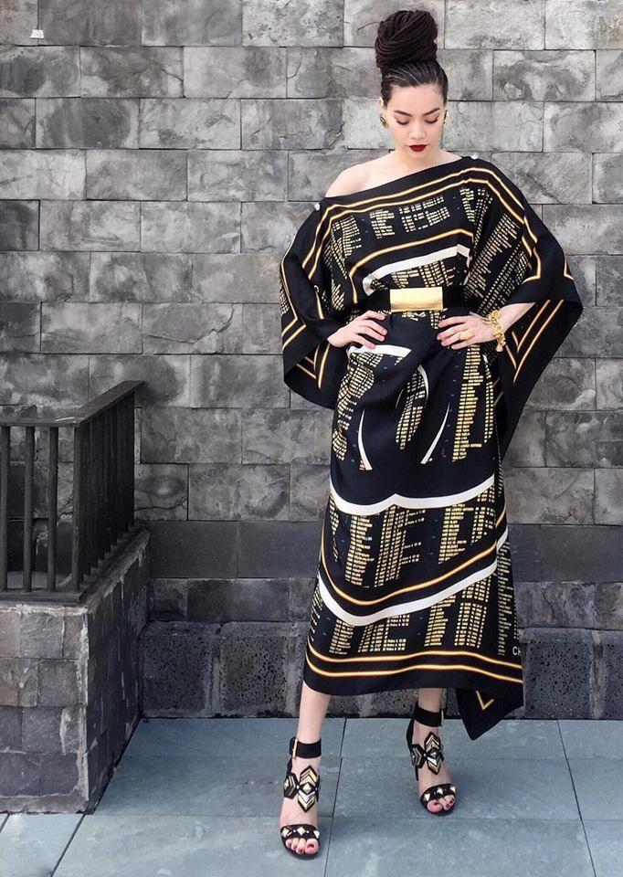 Nữ hoàng giải trí khoác lên người chiếc váy hiệu Chanel nằm trong bộ sưu tập mới nhất của nhà mốt nổi tiếng này.
