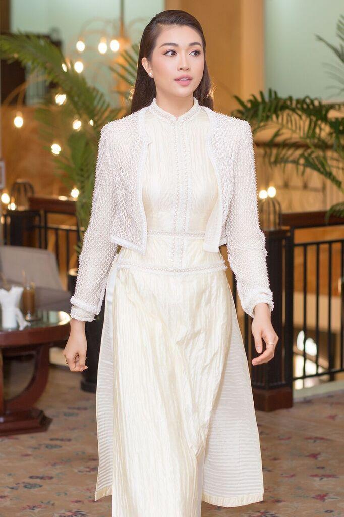 Lựa chọn thiết kế áo dài cách tân của Công Trí, á hậu Lệ Hằng ghi điểm tuyệt đối khi tham dự sự kiện gần đây. Cách làm tóc, mix phụ kiện đơn giản hoàn toàn phù hợp với tổng thể.