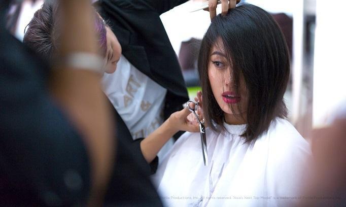 Cô dần lấy lại tự tin khi mái tóc của mình được thợ tạo kiểu vô cùng ưng ý