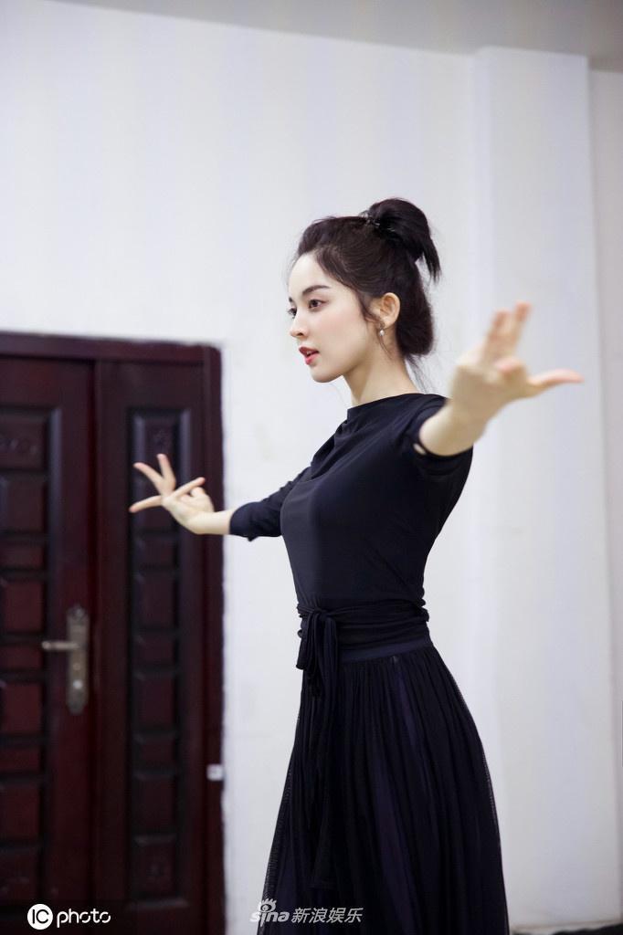 Sau hình ảnh phát tướng tại buổi khai máy, Cổ Lực Na Trát khiến dân mạng tròn mắt vì loạt ảnh tập vũ đạo với thân hình mảnh mai ảnh 8