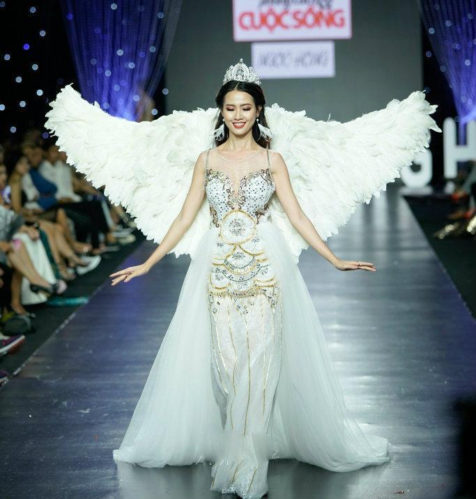 """Thiết kế bị nghi """"đạo nhái"""" hiển nhiên được người mẫu Phan Thị Mơ trình diễn trong đêm thời trang """"Phong cách và cuộc sống"""" ở TP. HCM."""