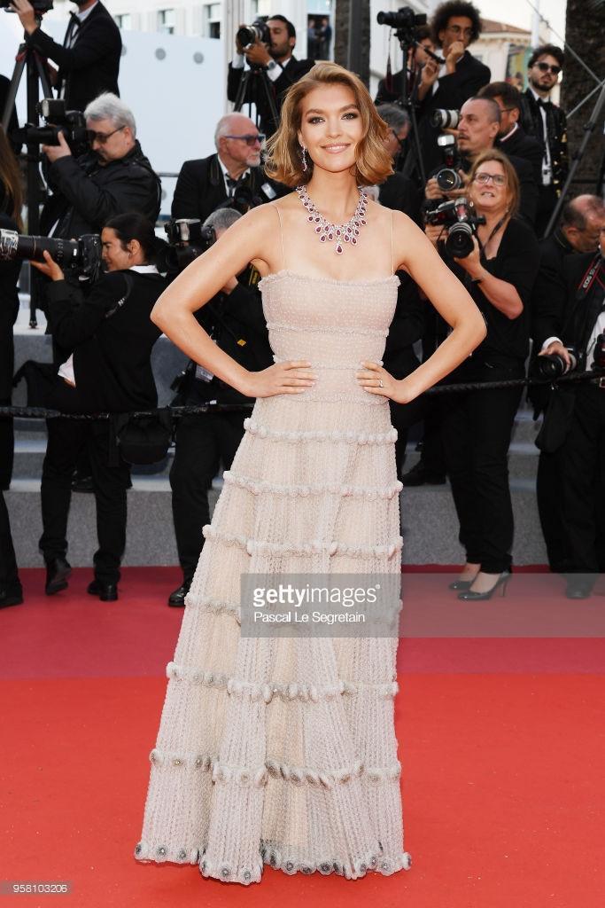 Thảm đỏ Cannes ngày thứ 6: Đạo diễn Christopher Nolan xuất hiện, Iskra Lawrence khoe ngực khủng ảnh 3