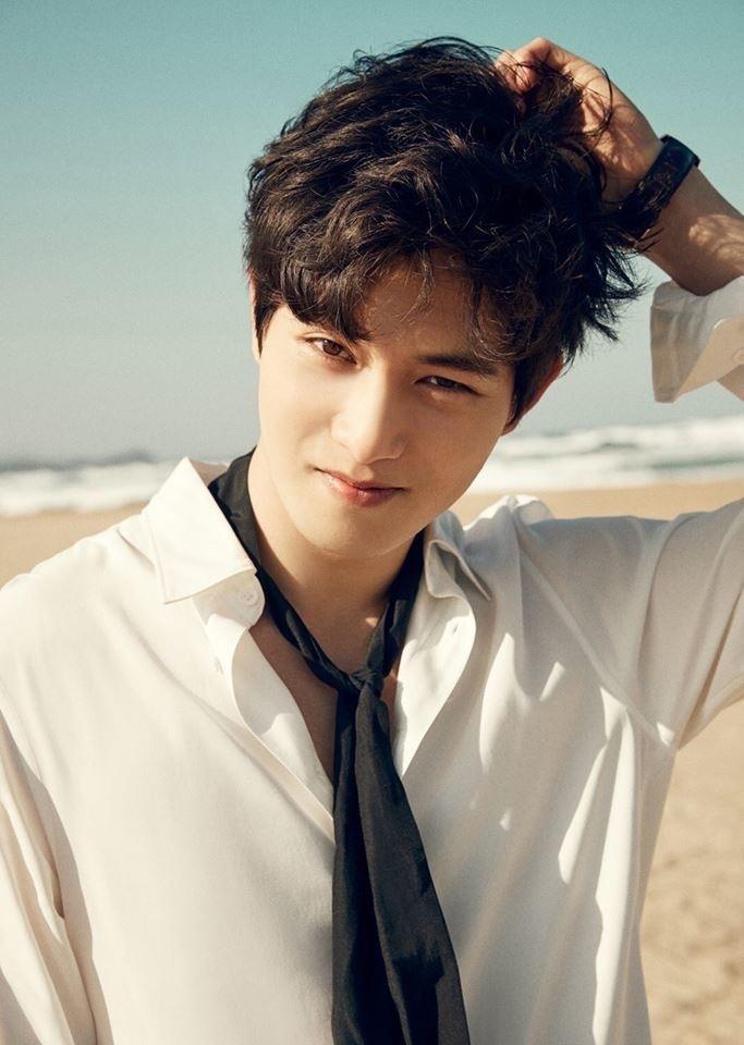 Lee Jong Hyun không lên tiếng xin lỗi mà chỉ thông qua công ty, không rời nhóm khi sự việc đổ bể.