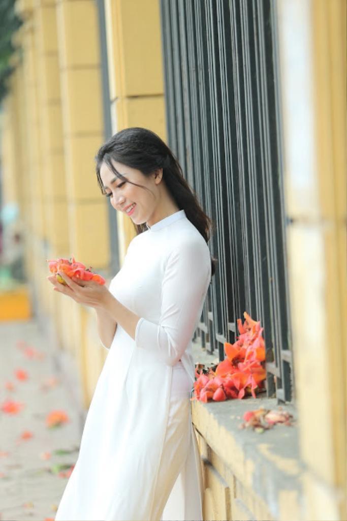 Thiếu nữ e ấp bên tà áo dài và những bông hoa Gạo rực rỡ.