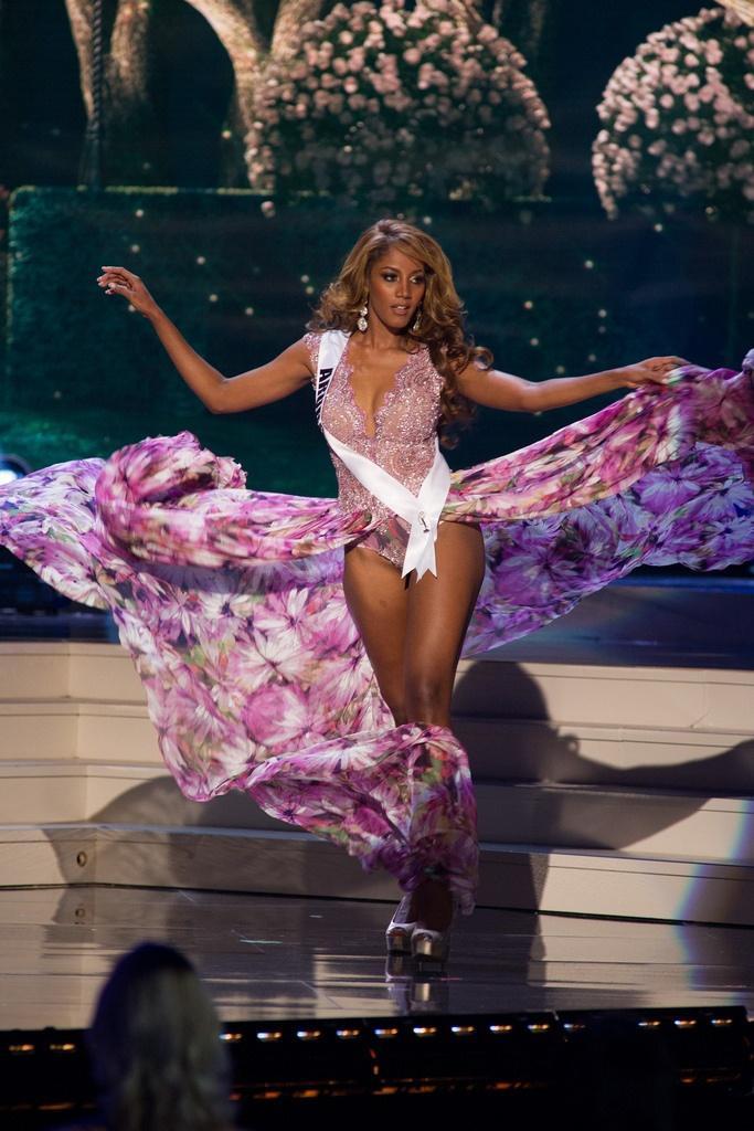 """Hoa hậu Aruba thật biết cách """"thâu tóm"""" mọi ánh mắt của khán giả bởi một chiếc váy không giống ai kết hợp một kiểu trình diễn hơi quá trớn."""