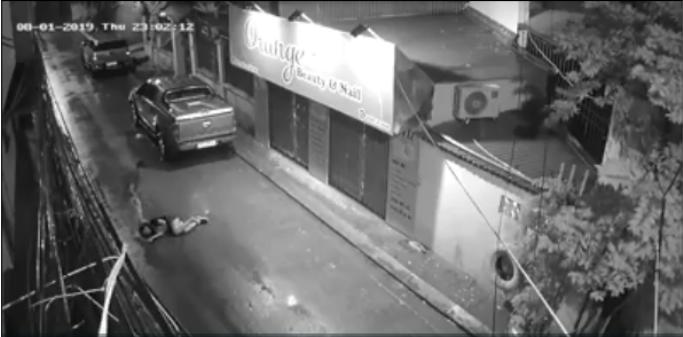 Dù cô gái đã nằm im trên đường nhưng chàng trai vẫn kéo lê, đá mạnh vào người cô gái.