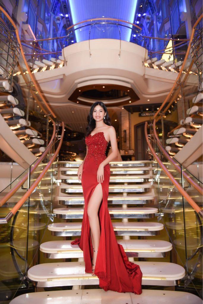 Á hậu Thanh Tú diện chiếc đầm đuôi cá màu đỏ với phần đính kết sang trọng trên ngực. Bộ váy giúp cô tôn lên vóc dáng thanh mảnh và gợi cảm.