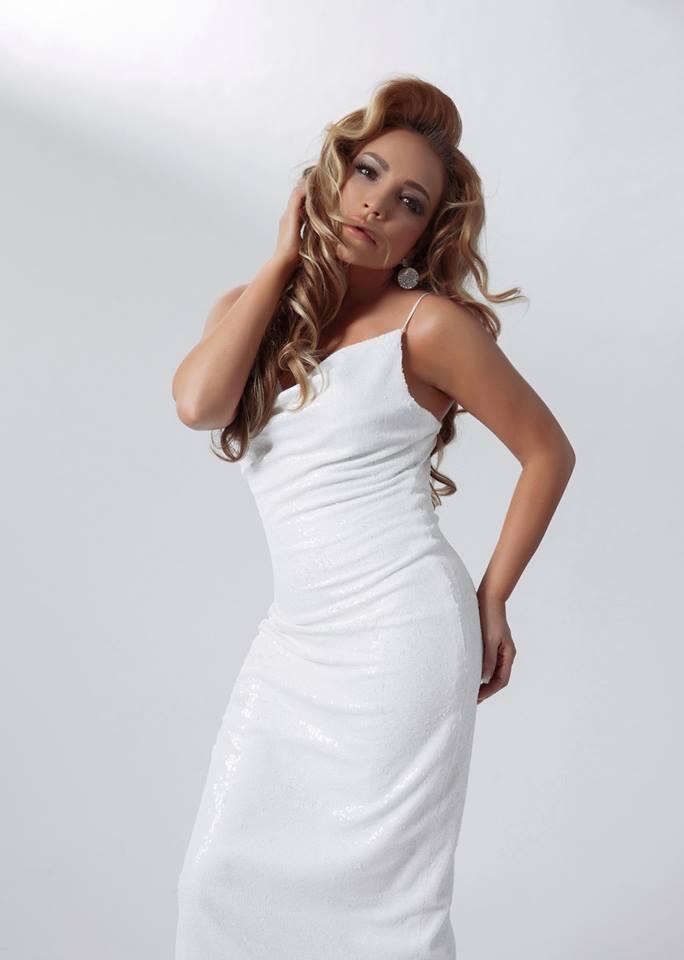 Trong những chiếc váy hai dây ôm sát, Thanh Hà nhanh chóng tôn lên được sắc vóc của mình.