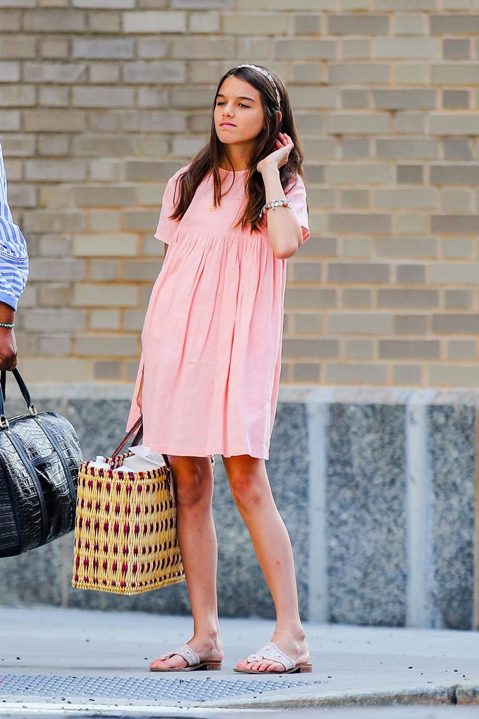 Suri thu hút nhiều sự chú ý khi mặc chiếc váy liền thân có tone màu hồng cùng đôi sandals dễ thương và chiếc băng đô 'điệu đà' được cô bé cài trên tóc