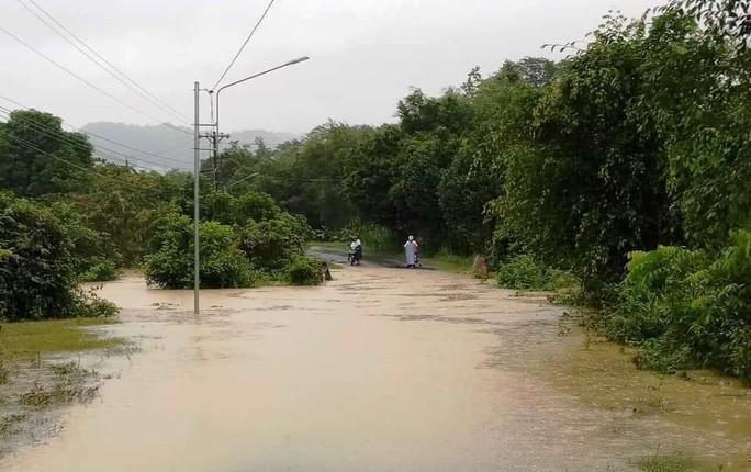Một số nơi ở huyện Đạ Tẻh bị chia cắt do ngập sâu. Ảnh: Người lao động