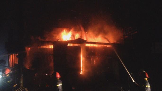 2 căn nhà ở góc ngã tư chợ ở Đắk Lắk bất ngờ bốc cháy trong đêm. Ảnh: Người lao động