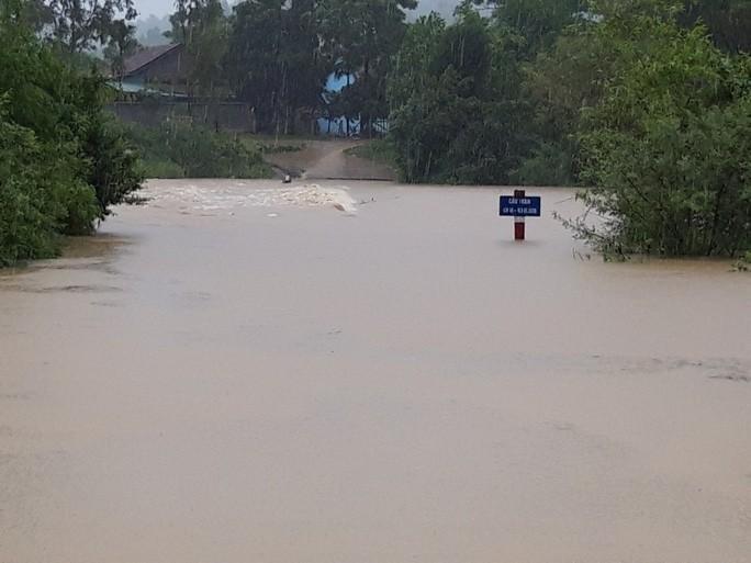 Mưa lũ lớn xảy ra ở Quảng Bình, 1 người phụ nữ nghi bị nước lũ cuốn mất tích. Ảnh: Người lao động