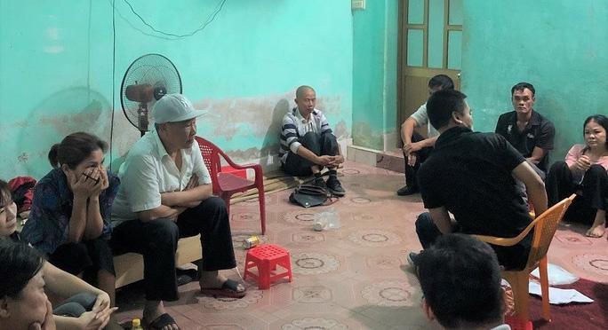 Các đối tượng bị bắt giữ tại chiếu bạc. Ảnh: báo Người Lao Động