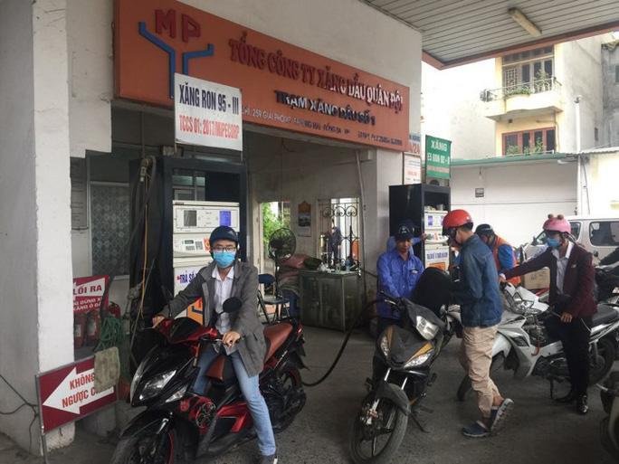 Giá xăng giảm mạnh từ 15 giờ hôm nay. Ảnh: báo Người Lao Động