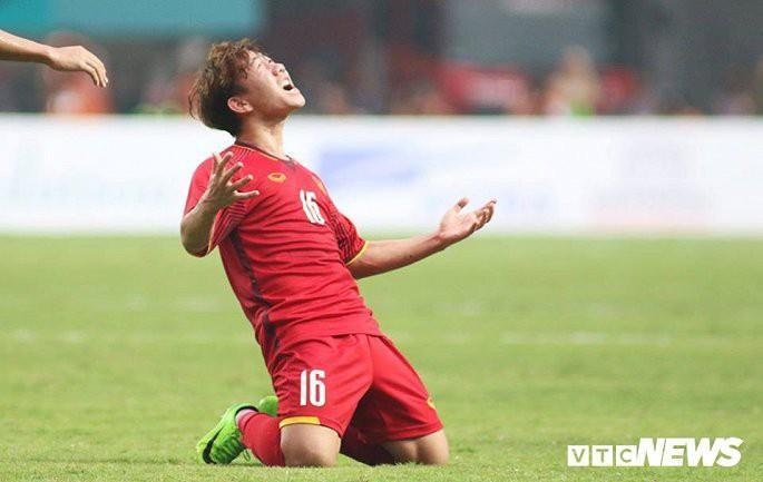 MInh Vương ăn mừng khi đem lại siêu phẩm rút ngắn tỉ số cho đội tuyển nước nhà trong trận đấu với Olympic Hàn Quốc. (Ảnh: Phạm Thành)