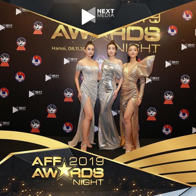Nhiều chân dài hội tụ ở lễ trao giải AFF Awards 2019. Hoa hậu Trần Tiểu Vy, Đỗ Mỹ Linh tỏa sáng trên thảm đỏ của AFF Awards 2019.