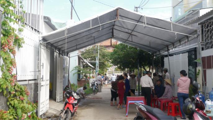 Hàng xóm có nghe nhiều tiếng la hét, tiếng động trong nhà vợ chồng ông Xin nhưng không thể vào được vì cửa nhà bị khóa.