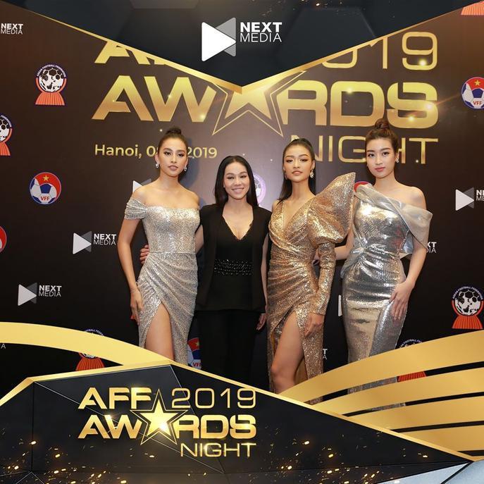 Sự xuất hiện của các Hoa hậu khiến cho buổi lễ nóng hơn bao giờ hết. Hiện tại, lễ trao giảiAFF Awards 2019 đang diễn ra với nhiều giải thưởng được công bố.