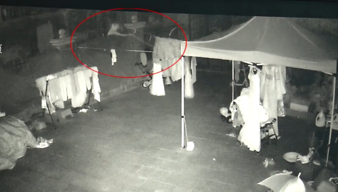 Camera không quay được cận cảnh khuôn mặt tên trộm. Ảnh: Pearvideo