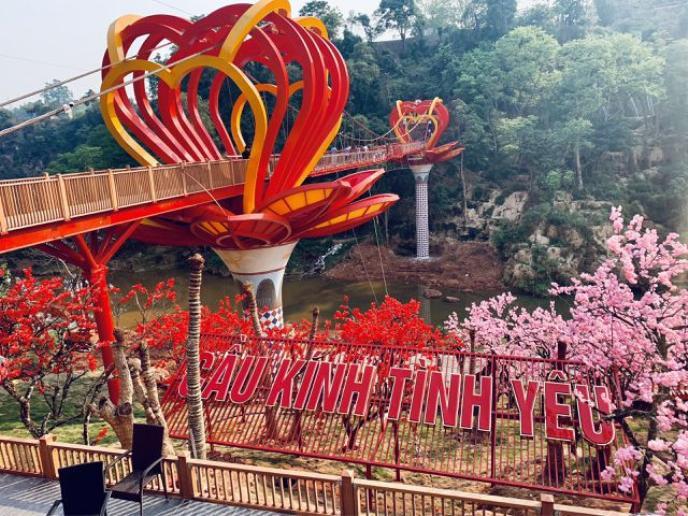 Cây cầu kính Mộc Châu đang thu hút được số lượng lớn khách du lịch.