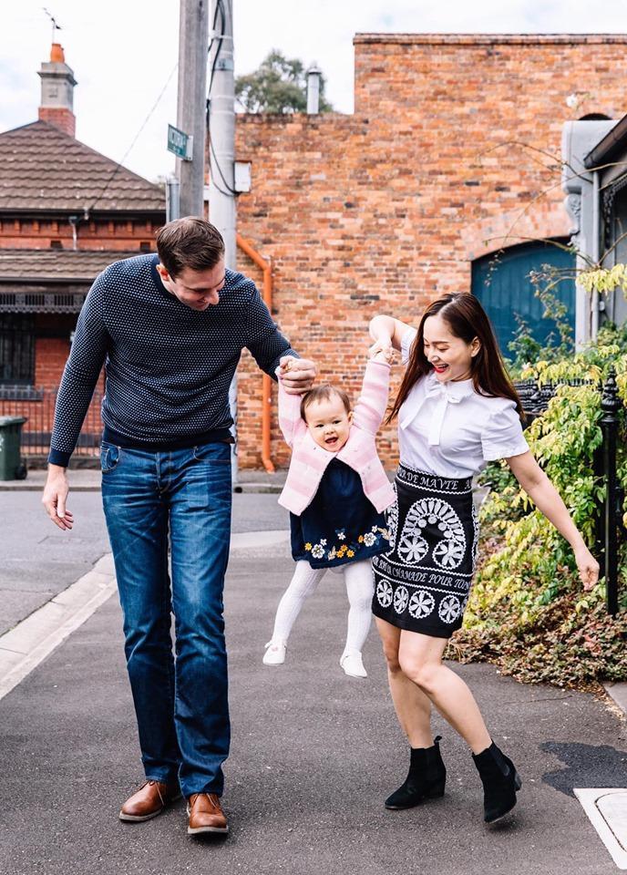Vợ chồng Lan Phương đã đưa con gái cưng Lina đi dạo khắp các con đường thơ mộng ở thành phố Melbourne