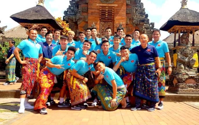 Nhìn chung, dàn sao tuyển Việt Nam khá vui vẻ sau khi hoàn thành nhiệm giành 6 điểm trước Malaysia và Indonesia. Cả đội cũng khiến fan thích thú khi khoác lên mình bộ trang phục đặc trưng của người bản địa. (Ảnh VFF)