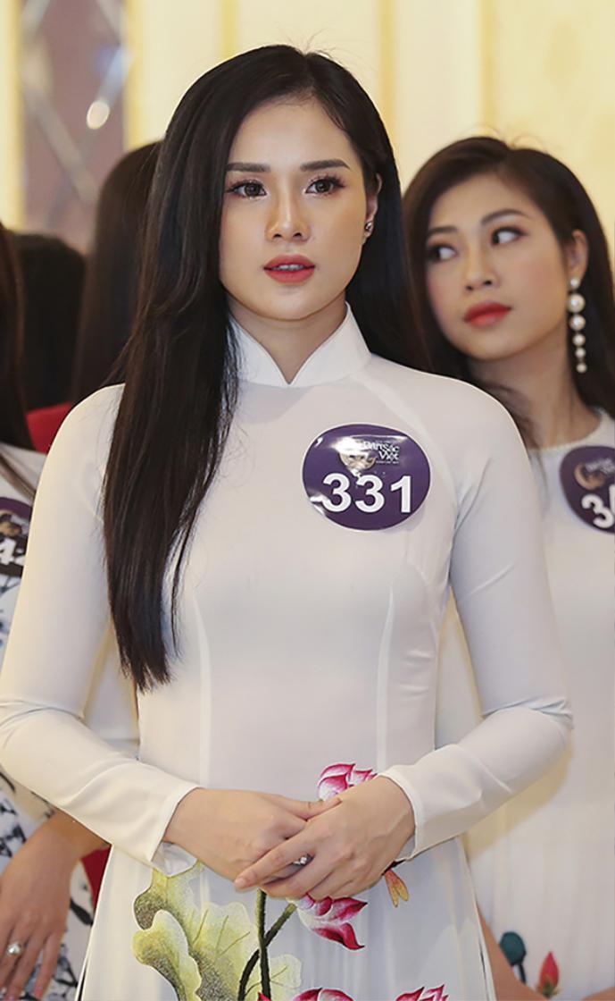 Nguyễn Thị Huyền Trang sinh năm 1996 tại Quảng Ninh, hiện đang theo học khoa Luật kinh tế, Đại học Thành Đông. Huyền Trang sở hữu chiều cao 1,73m cùng số đo 3 vòng lần lượt là 84-63-91 cm với khuôn mặt vô cùng xinh đẹp, quyến rũ.