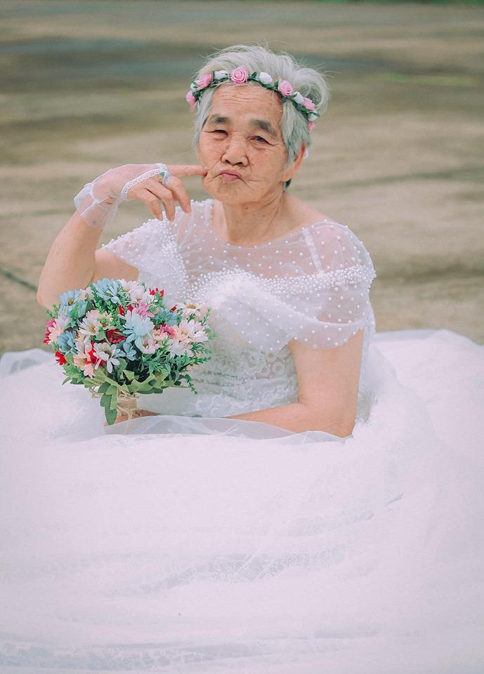 Xúc động bộ ảnh cưới bà nội  cháu trai: Đời người con gái đẹp nhất là khi khoác lên mình bộ váy cưới ảnh 11