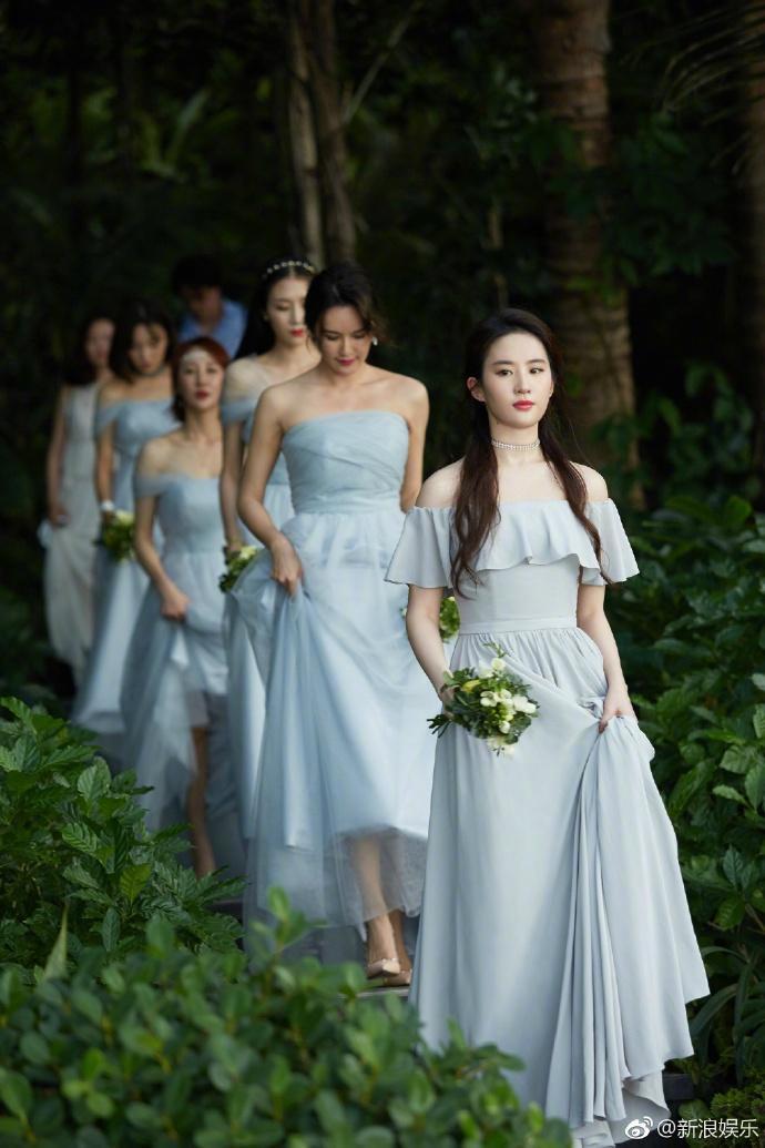 Cô dẫn đầu dàn phù dâu với nhan sắc nổi bật.