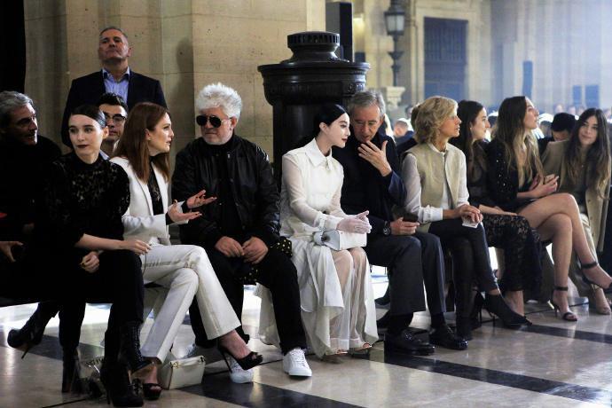 Trước đó, Phạm Băng Băng vinh dự xuất hiện tại hàng ghế đầu của show diễn, cô ngồi cùng những nhân vật đình đám như Lilly Collins, Isabelle Adjani, Cate Blanchett, Rooney Mara, Julianne Moore, Pedro Aldmodovar.