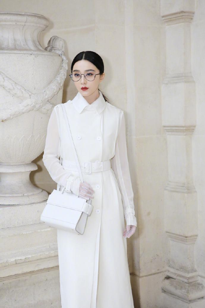 Nhưng chính dung nhan và thẩm mỹ thời trang của Phạm Băng Băng mới là điều thu hút mọi ánh nhìn.