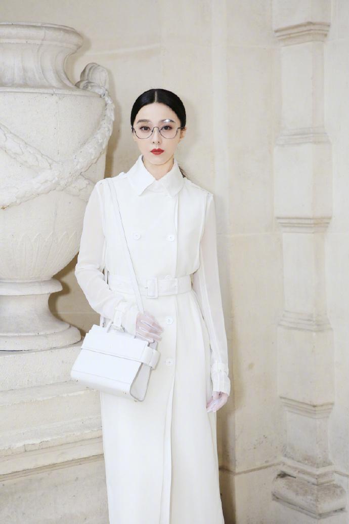 """Báo giới phương Tây cũng như Trung Quốc cho rằng, năm nay Phạm Băng Băng ít """"chơi trội"""" hơn khi diện những thiết kế """"an toàn"""". Lễ phục của cô đa phần là những thiết kế nhã nhặn với gam màu đơn sắc."""