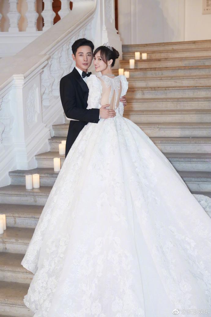 Bức ảnh cưới đẹp như mơ, cứ ngỡ như hoàng tử và nàng công chúa bước ra từ những câu chuyện cổ tích.