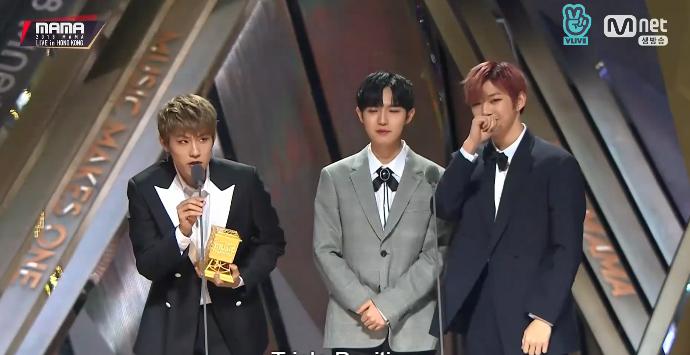 Wanna One nhận giải nhóm nhạc được yêu thích.