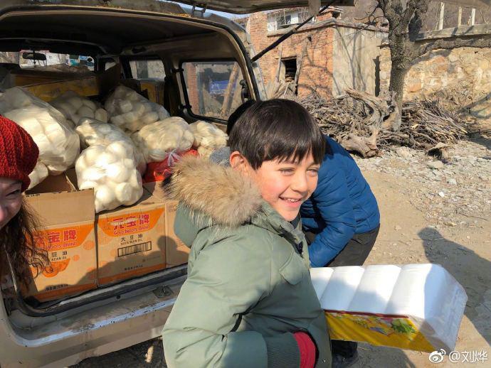 Mới đây, Nặc Nhất còn cùng mẹ và em gái nhỏ thực hiện chuyến công tác từ thiện, thăm hỏi và trao quà tới người dân 1 vùng quê nghèo. Nặc Nhất đã rất vui mừng và tích cực giúp đỡ mẹ cùng mọi người.