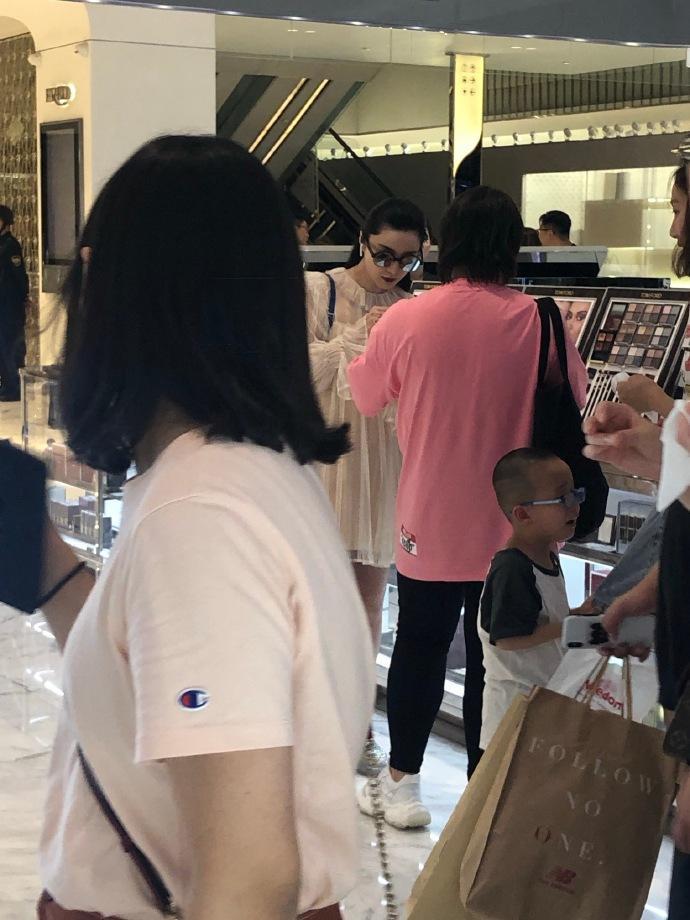 Trái ngược với vẻ tiều tụy của Lý Thần, Phạm Băng Băng thoải mái đi mua sắm với trợ lý sau khi chia tay ảnh 6