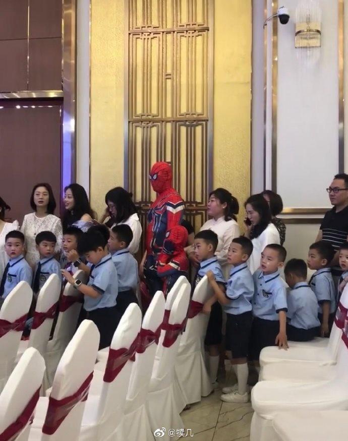 Cặp bố con hóa thân thành nhân vật Spider Man. Ảnh: Thuy Thanh/Weibo Việt Nam